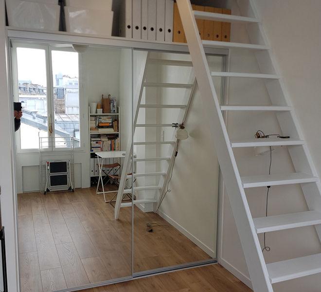 Placard grand miroir et escalier blanc combles